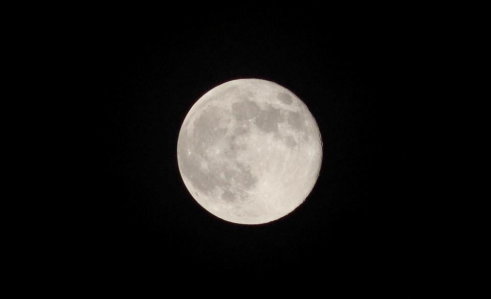 Dimmi che fai, silenziosa luna